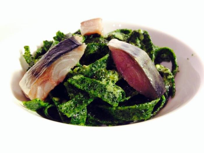 Tallarines de Algas con Pesto Marino y Caballa Marinada.