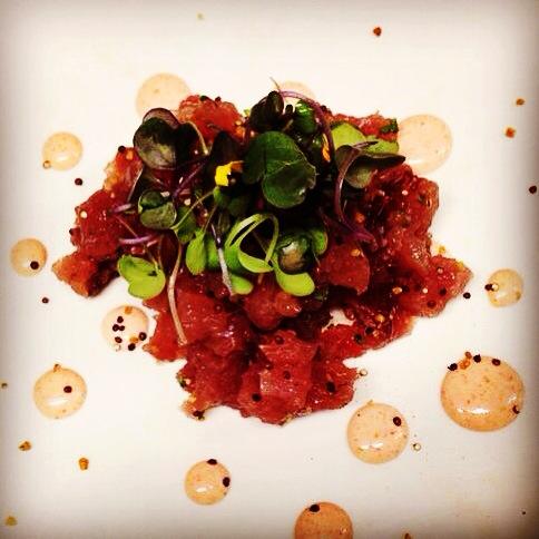 Tartar de atun rojo, con quinoa crujiente y Mayonesa de Sriracha.